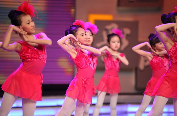 核心提示:少儿舞蹈考级的功能性及注意事项一、少儿舞蹈考级的功能性 一、少儿舞蹈考级的功能性 1、有利于促进少儿智力的发展 少儿舞蹈音乐节奏明快、行动活泼,非常符合孩子们爱动、爱跳的特点,也很符合少儿通过感知和依靠表象来认识事物的心理特点。孩子们在动作、节奏、娱乐中提高了模仿能力,加深了对于外界事物的认识和理解。舞蹈动作是无声的语言,孩子们常常依靠丰富的想象和心灵的感悟去表现这些动作的内涵。反过来孩子们通过对舞蹈动作的理解又能激发、启迪他们产生丰富的联想,开拓创造性的思路。 2、利于培养少儿良好的道德意识和